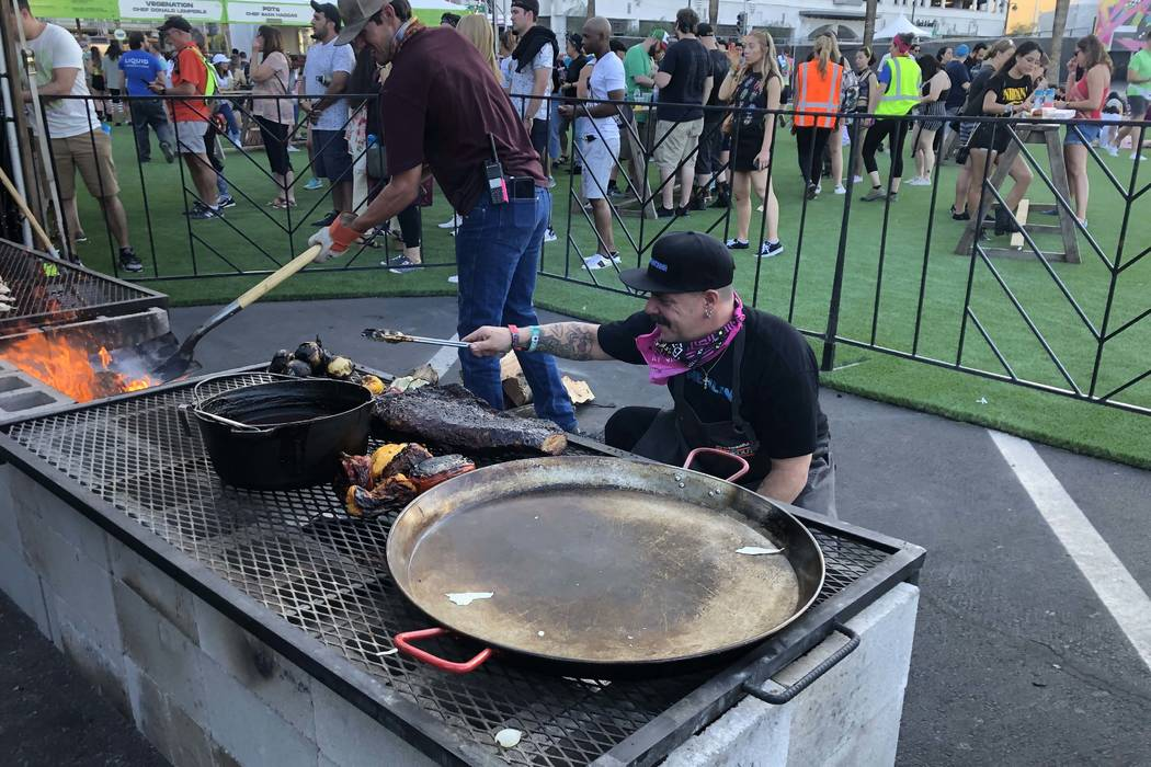 Mike Minor tends his fire at The Cookout on Friday. (Al Mancini/Las Vegas Review-Journal)