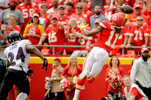 Kansas City Chiefs wide receiver Demarcus Robinson (11) makes a one-handed touchdown catch in f ...