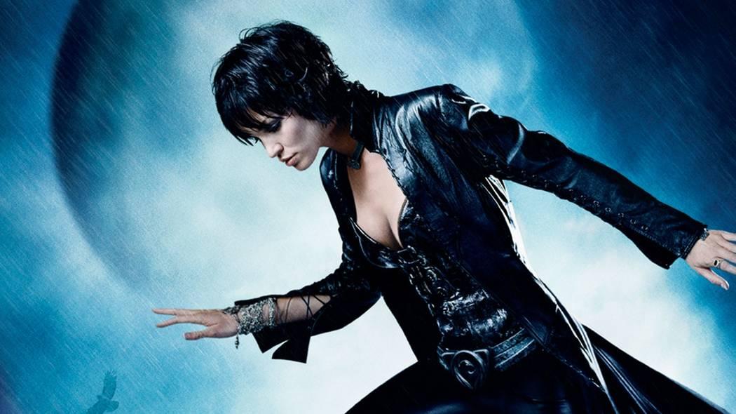 "Ashley Scott stars as Helena Kyle, aka Huntress, in ""Birds of Prey."" (The WB)"