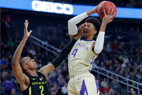 Washington's Matisse Thybulle attempts a shot over Oregon's Louis King during the first half of ...