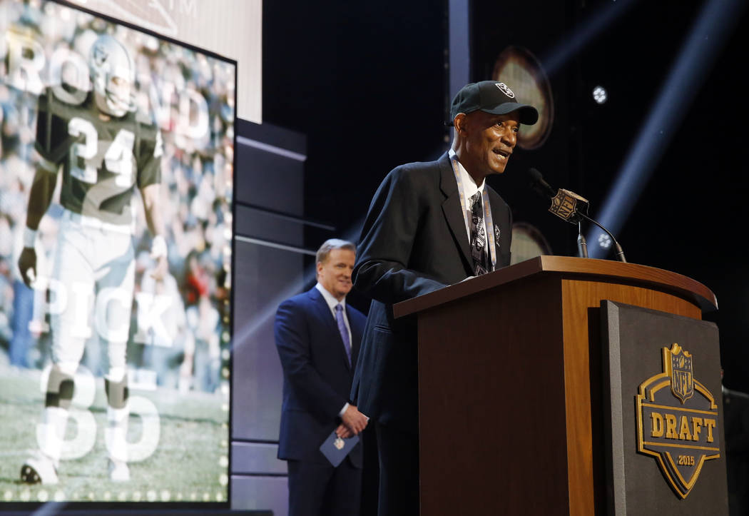 Former Oakland Raiders cornerback Willie Brown announces after the Oakland Raiders selects Flor ...