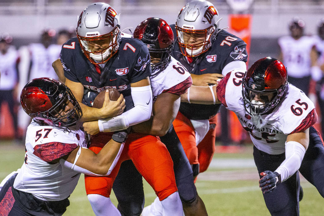 San Diego State Aztecs defensive linemen Keshawn Banks (57) and Myles Cheatum (68), back, team ...