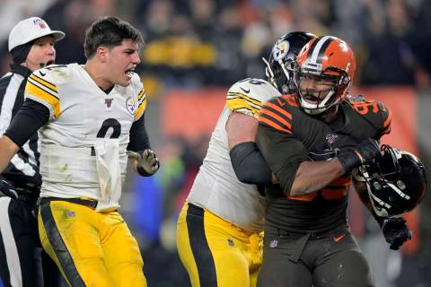 Cleveland Browns defensive end Myles Garrett (95) reacts after swinging a helmet at Pittsburgh ...