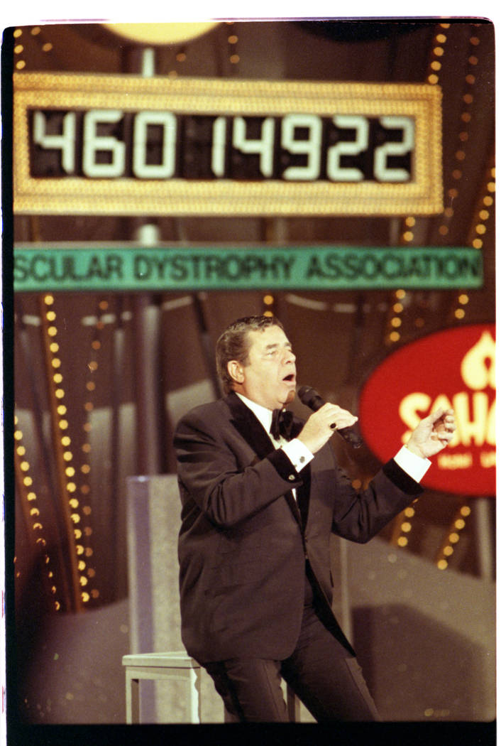 Jerry Lewis announces a new total during the 28th annual Jerry Lewis at the Sahara in 1993. (La ...
