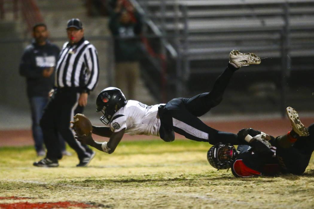 Palo Verde's Charron Thomas (2) reaches the end zone to score a touchdown past Las Vegas' Jaeli ...