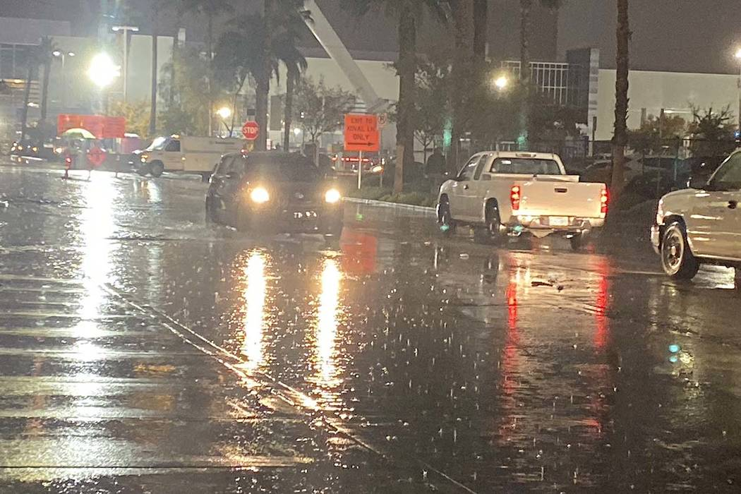 Drivers in the rain on Linq Lane and Flamingo Road near the Las Vegas Strip, Nov. 20, 2019. (Gl ...