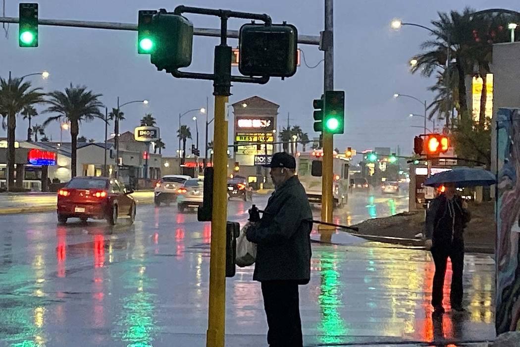 Pedestrians in the rain in Las Vegas, Wednesday, Nov. 20, 2019. (Glenn Puit/Las Vegas Review-Jo ...