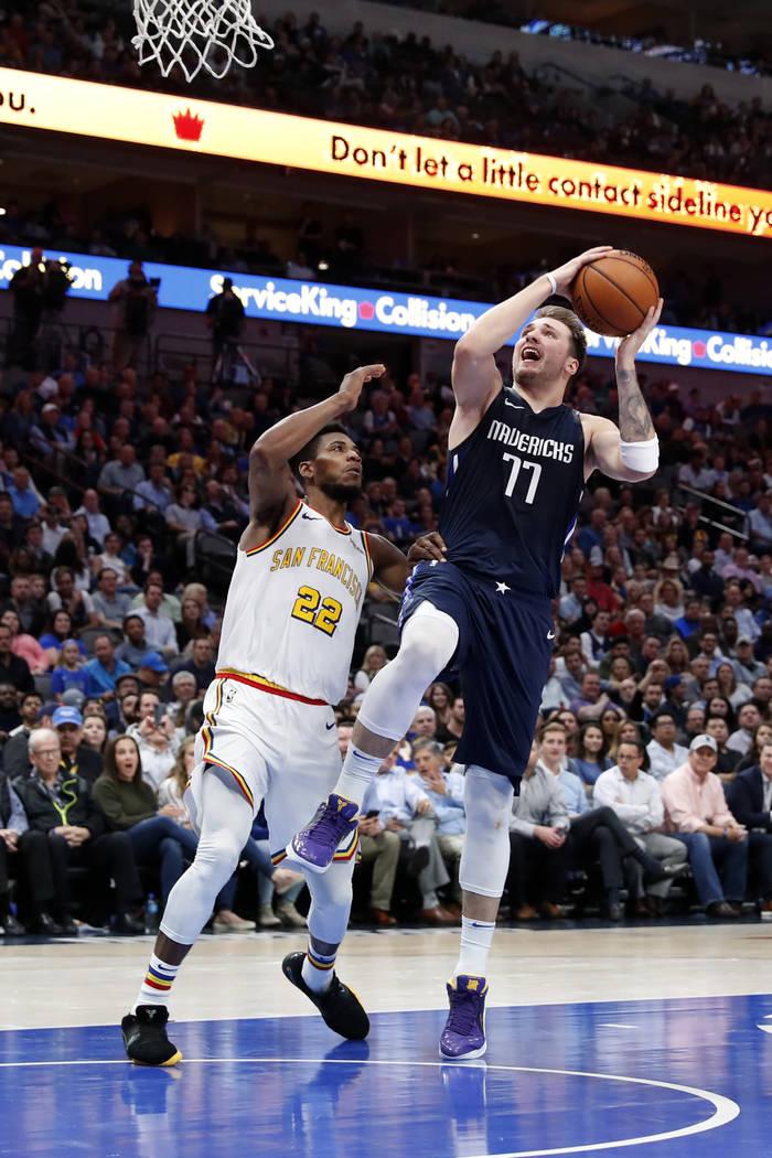 Golden State Warriors forward Glenn Robinson III (22) defends as Dallas Mavericks forward Luka ...