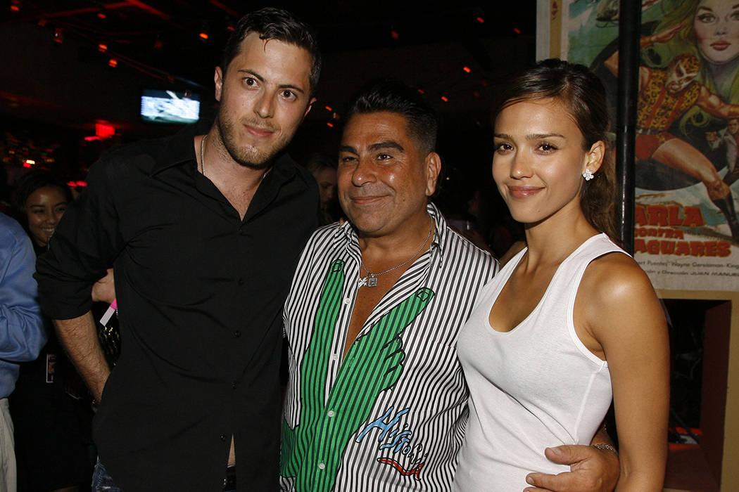 Harry Morton (izquierda), Luis Barajas (centro), fundador de la revista Flaunt, y Jessica Alba ...