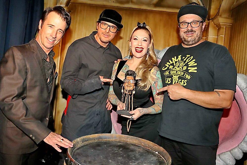 Zak Bagans est représenté avec Tony Felicetta, à l'extrême gauche;  Branden Powers, à l'extrême droite;  et Tana le Tatt ...
