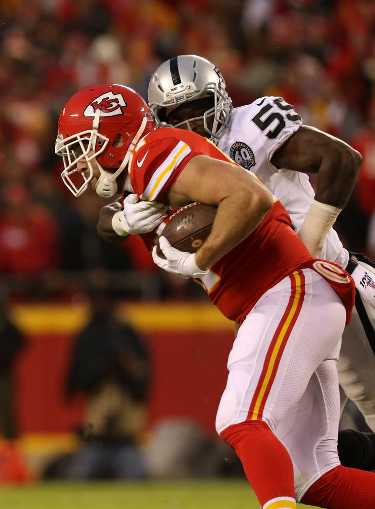 Oakland Raiders outside linebacker Tahir Whitehead (59) tries to tackle Kansas City Chiefs tigh ...
