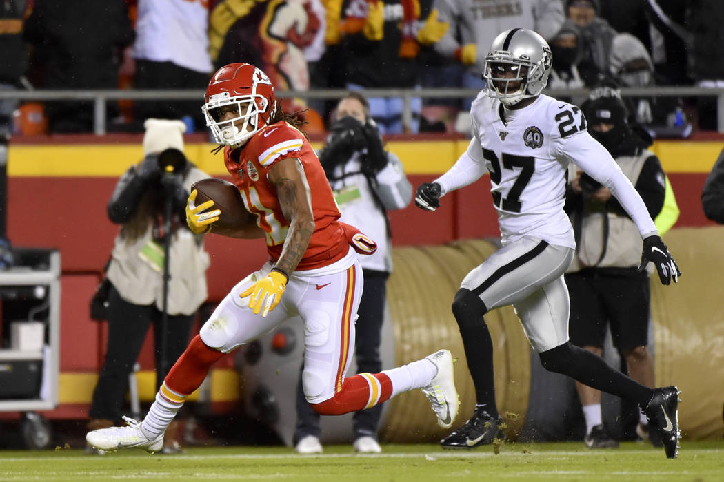 Kansas City Chiefs wide receiver Demarcus Robinson (11) carries the ball away from Oakland Raid ...