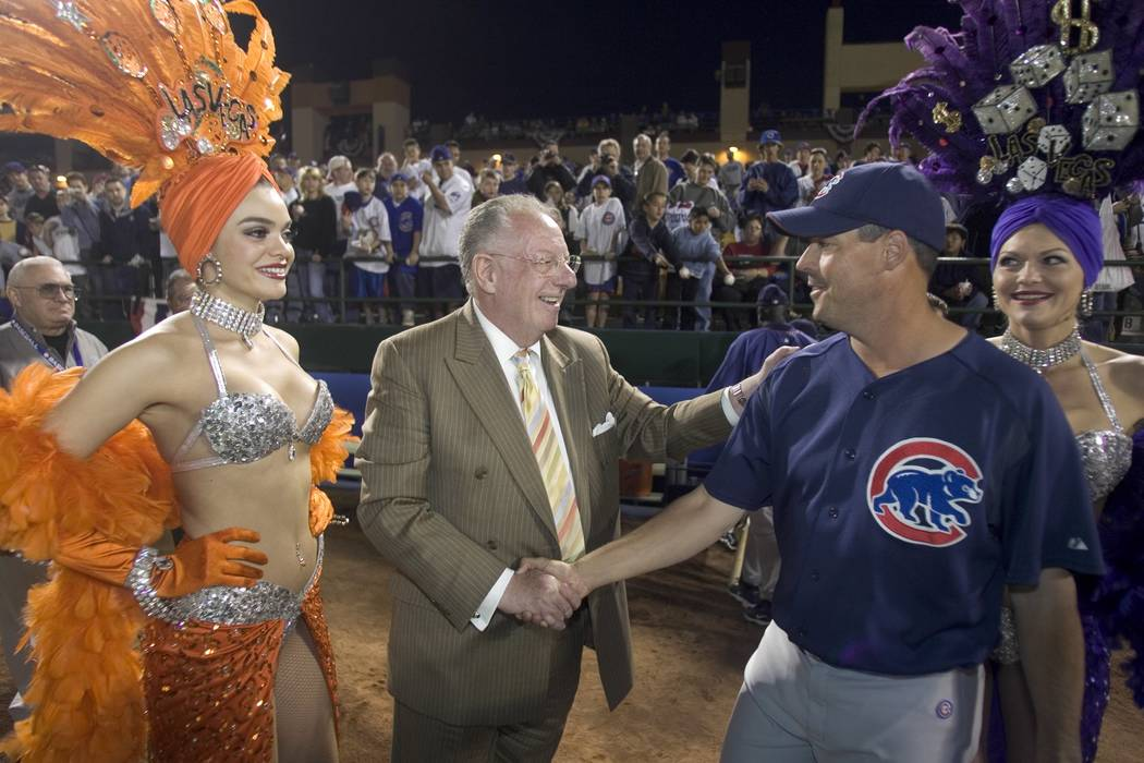 Mayor Oscar Goodman, second from left, greets Chicago Cubs pitcher, and Las Vegan, Greg Maddux ...