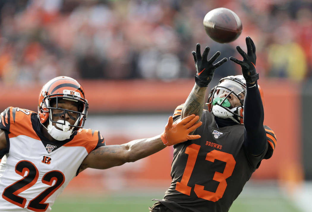 Cleveland Browns wide receiver Odell Beckham Jr. (13) can't hold onto the ball under pressure f ...