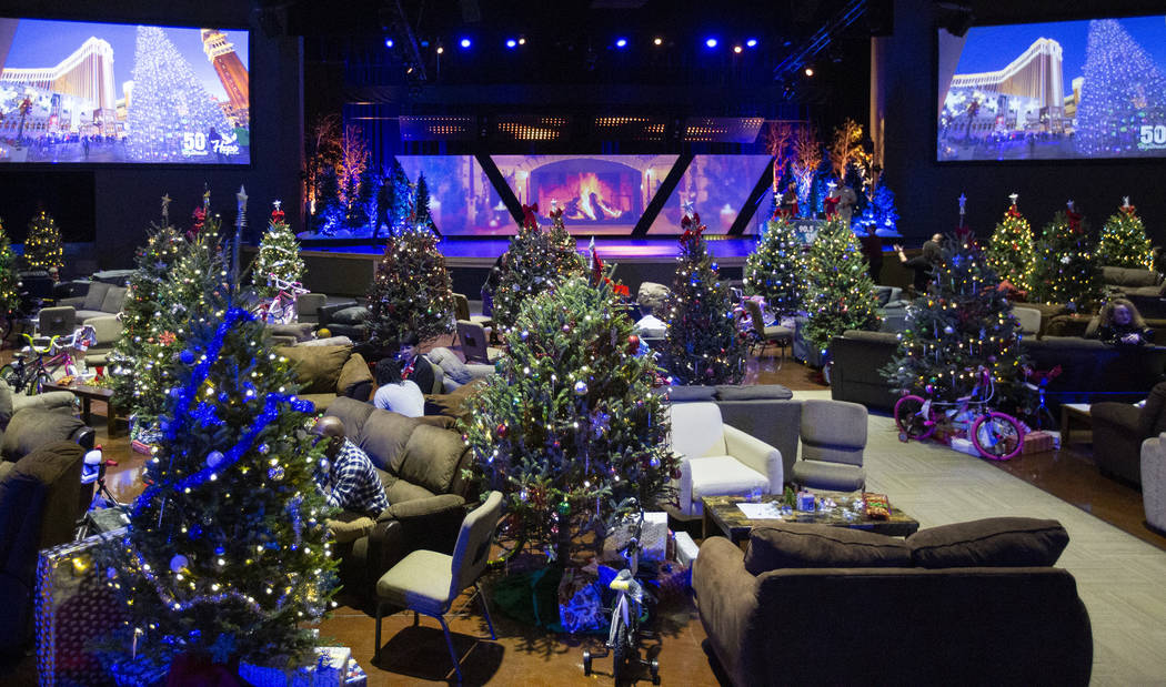 """50 """"living rooms"""" are set up for 50 inmates and their families to celebrate Christmas ..."""