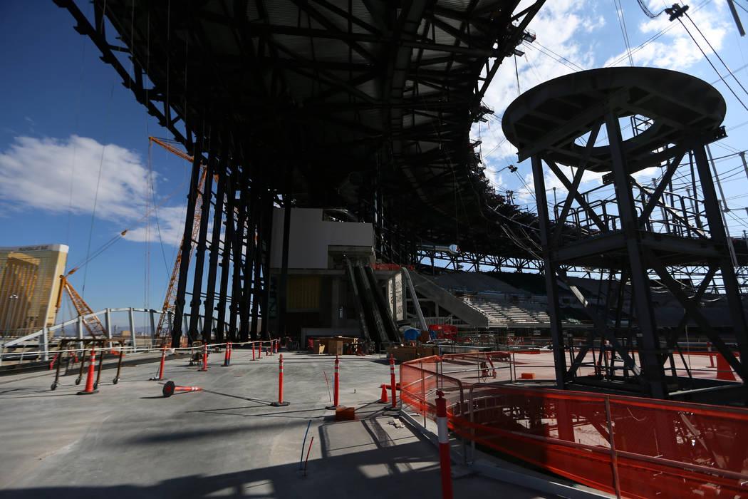 Contrucción de la antorcha conmemorativa de Al Davis en el estadio Raiders Allegiant de Las Ve ...