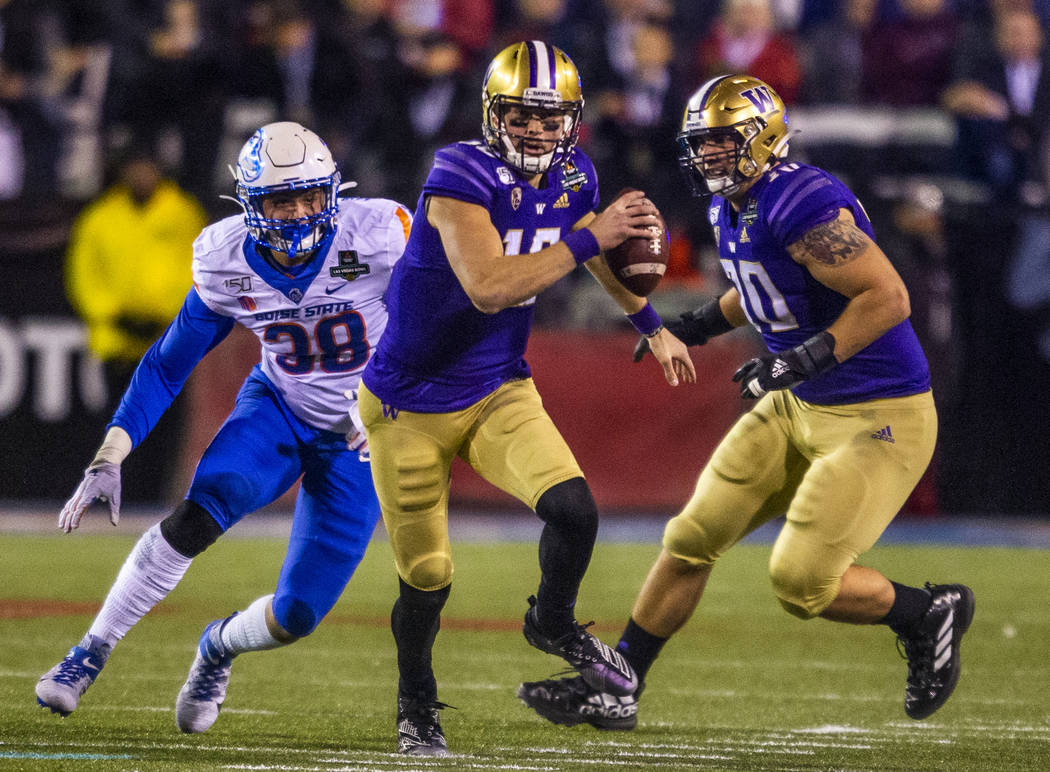 Washington Huskies quarterback Jacob Eason (10, center) takes off for a run as Boise State Bron ...