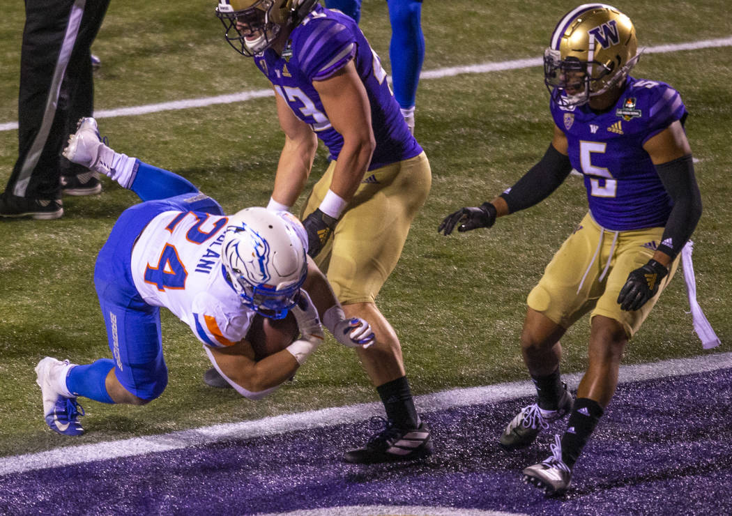 Boise State Broncos running back George Holani (24, left) dives into the end zone for their onl ...