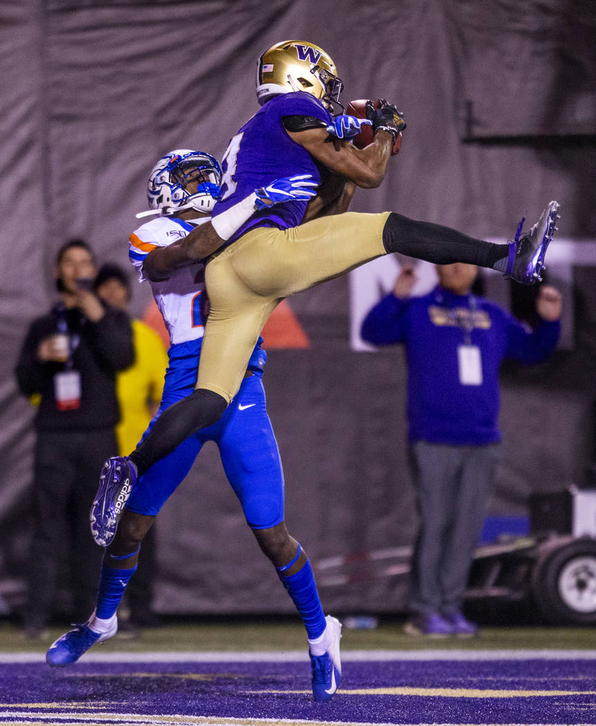 Washington Huskies wide receiver Terrell Bynum (4, right) secures a touchdown pass above Boise ...