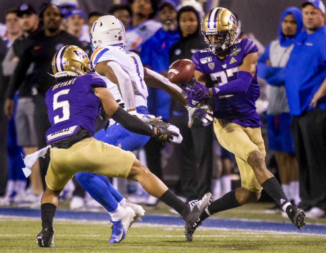 Washington Huskies defensive back Keith Taylor (27, right) attempts to catch a pass intended fo ...