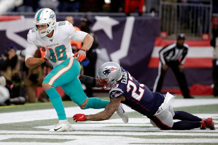 Miami Dolphins tight end Mike Gesicki, left, catches the winning touchdown pass in front of New ...