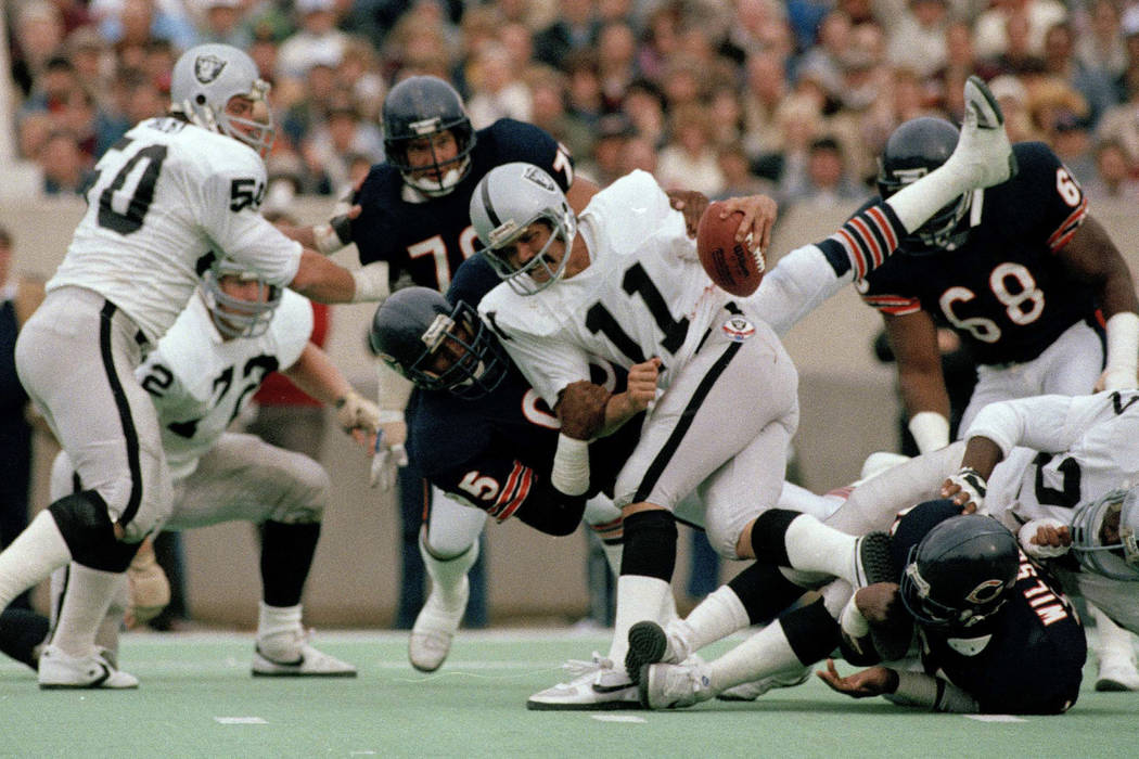 In this Nov. 5, 1984, file photo, Chicago Bears defensive end Richard Dent (95) brings down Los ...