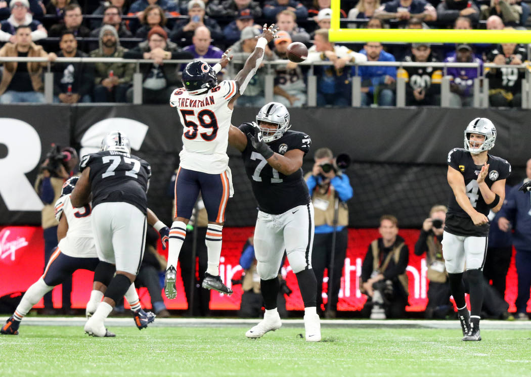 Chicago Bears inside linebacker Danny Trevathan (59) jumps in front of offensive guard Denzelle ...