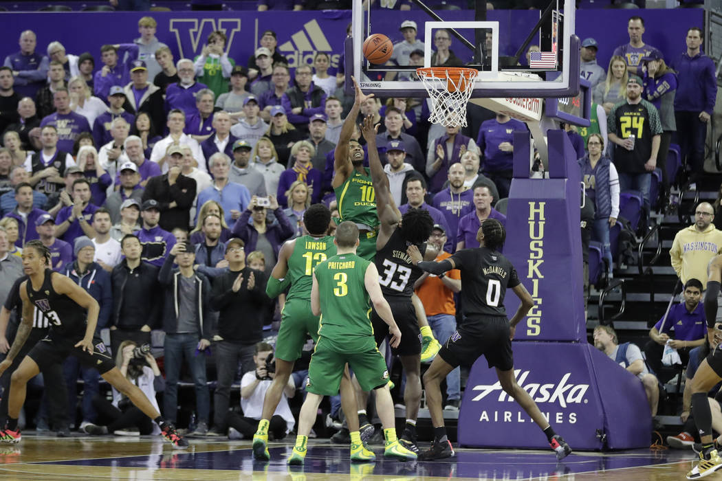 Oregon forward Shakur Juiston (10) hits a two-point basket to tie an NCAA college basketball ga ...