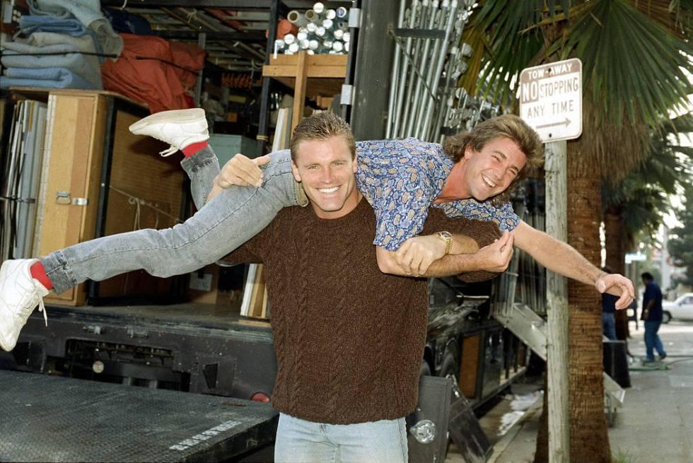 Actor Mel Gibson is lifted across the shoulders of Los Angeles Raiders defense lineman Howie Lo ...