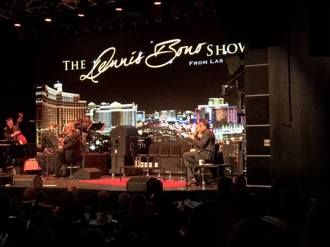 Dennis Bono tiene audiencia durante su show de variedades semanal en South Point Showroom el ju ...