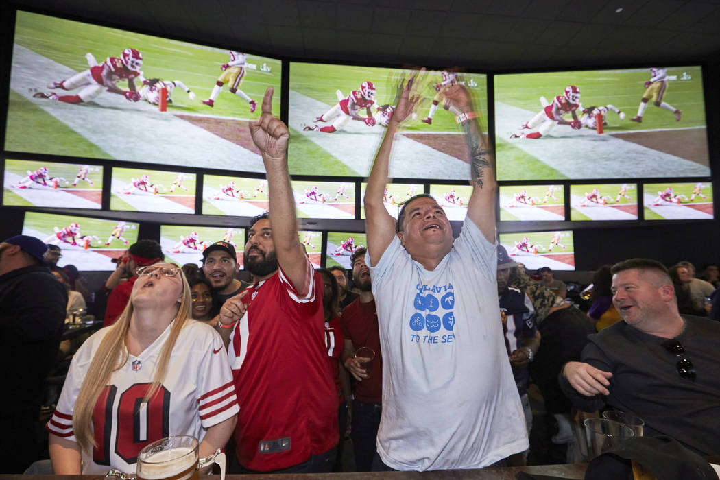 Lazaro Real Cruz, center right, reacts as Kansas City Chiefs' Damien Williams scores a touchdow ...