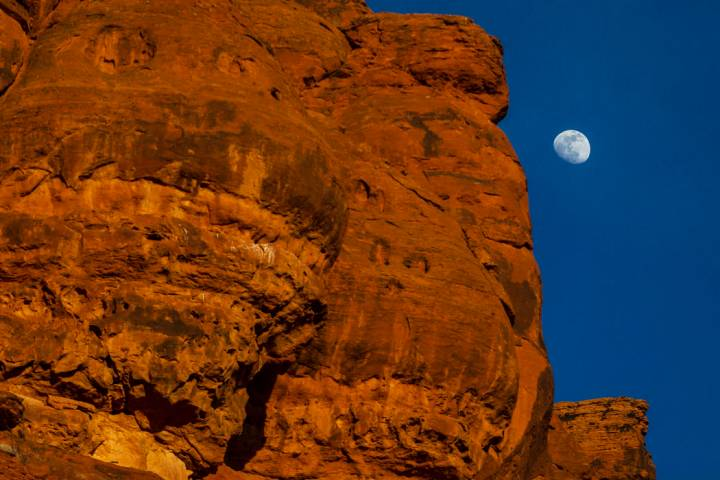 The moon rises over the mountains in St. George. (Benjamin Hager/Las Vegas Review-Journal) @ben ...