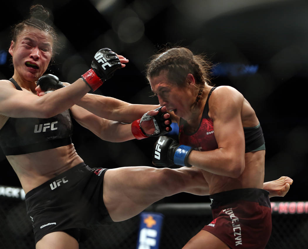 WomenÕs Strawweight Weili Zhang, left, and Joanna Jedrzejczyk trade blows during the third ...