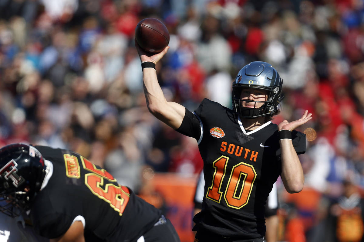 South quarterback Justin Herbert of Oregon (10) throws a pass during the first half of the Seni ...