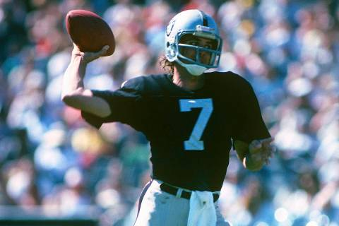 Oakland Raiders quarterback Dan Pastorini (7) throws a pass during an NFL game against the Wash ...