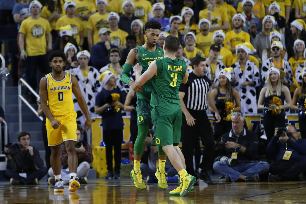 Oregon guard's Anthony Mathis and Payton Pritchard (3) celebrate in the second half of an NCAA ...