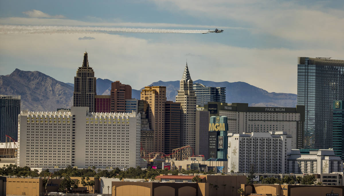 The U.S. Air Force Air Demonstration Squadron ÒThunderbirdsÓ soar past New York-New Y ...