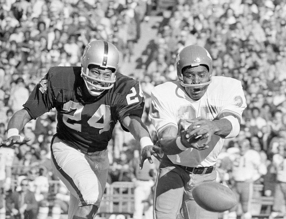 Kansas City wide receiver Frank Pitts (25) and Raiders' defensive back Willie Brown (24) try to ...