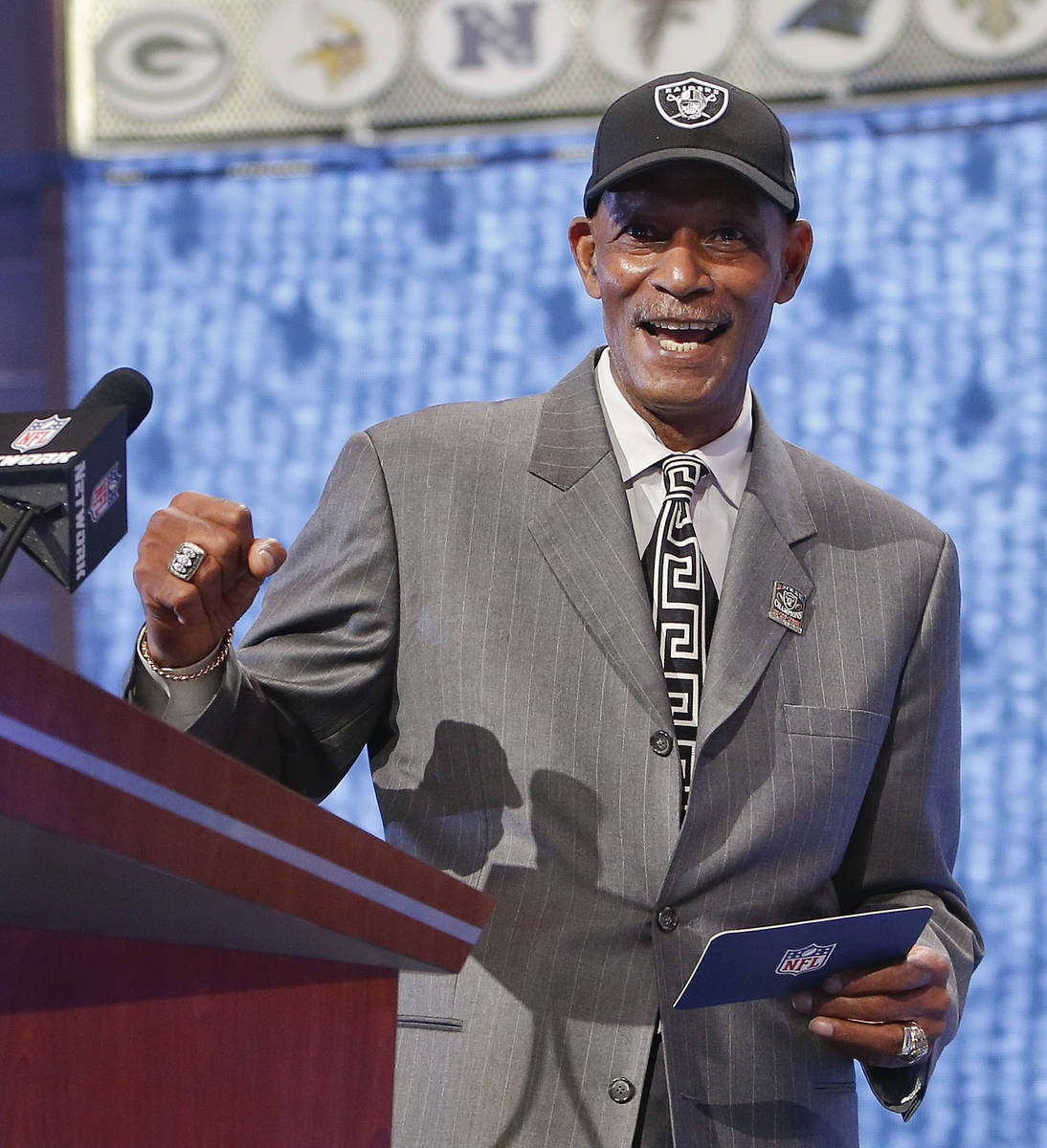 Former Oakland Raiders cornerback Willie Brown reacts as he announces Fresno State quarterback ...