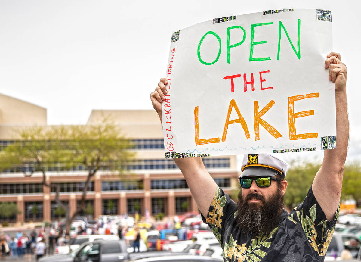 Shawn Hendrix holds a sign protesting the closure of Lake Mead during an event organized by Reo ...