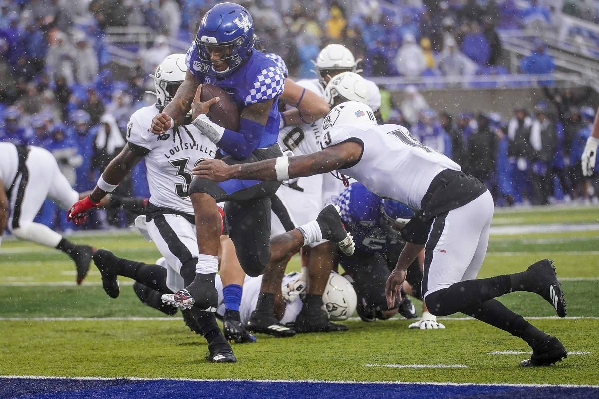 Kentucky quarterback Lynn Bowden Jr. (1) scores a touchdown during the first half of the NCAA c ...