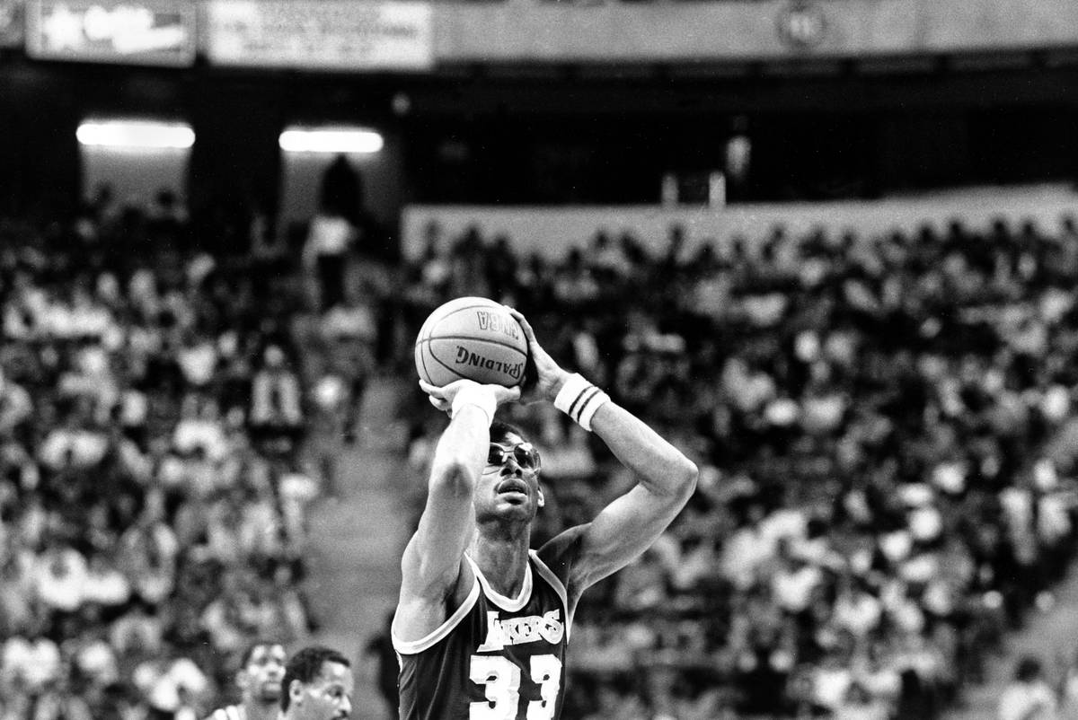 Los Angeles Lakers center Kareem Abdul-Jabbar (33) shoots one of his baskets on his way to brea ...