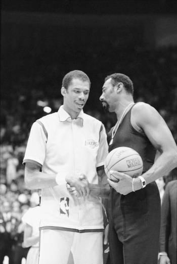 Basketball great Wilt Chamberlain, right, congratulates Los Angeles Lakers' Kareem Abdul-Jabbar ...