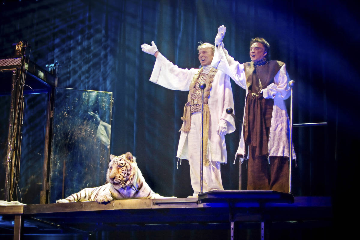 Siegfried and Roy take a final bow with their tiger Montecore after giving a performance during ...