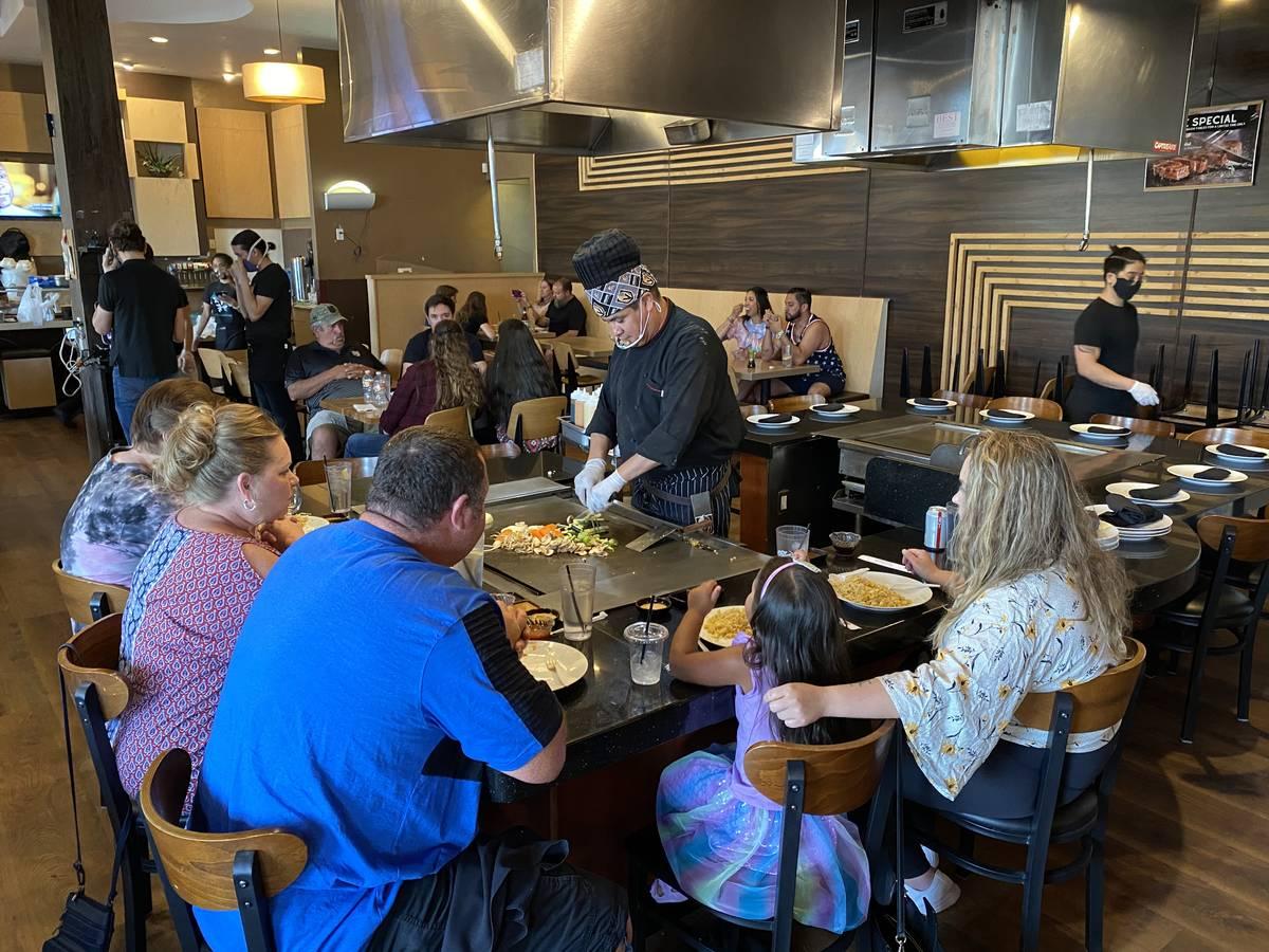 Diners enjoy a Mother's Day dinner at Jjanga Steak & Sushi (Al Mancini/Las Vegas Review-Journal)