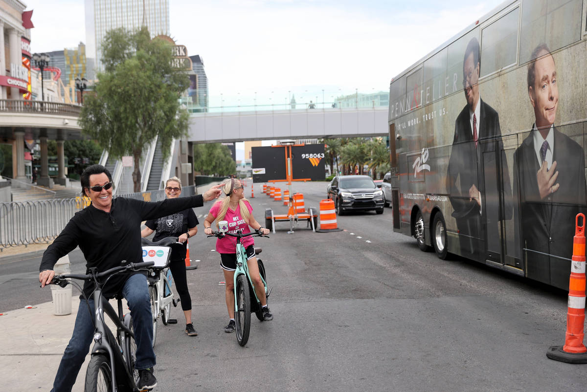 Mr. Las Vegas Wayne Newton, left, points out friends Penn & Teller while riding a bicycle o ...