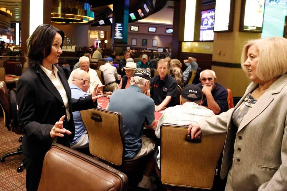 Tracy Mendiola, kiri, berbicara dengan Kathy Raymond, kanan, kedua manajer kamar poker di Stasiun C ...