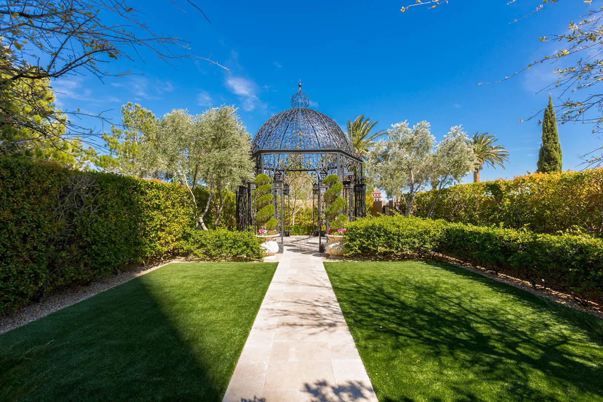 The condo has a garden. (Ivan Sher Group)