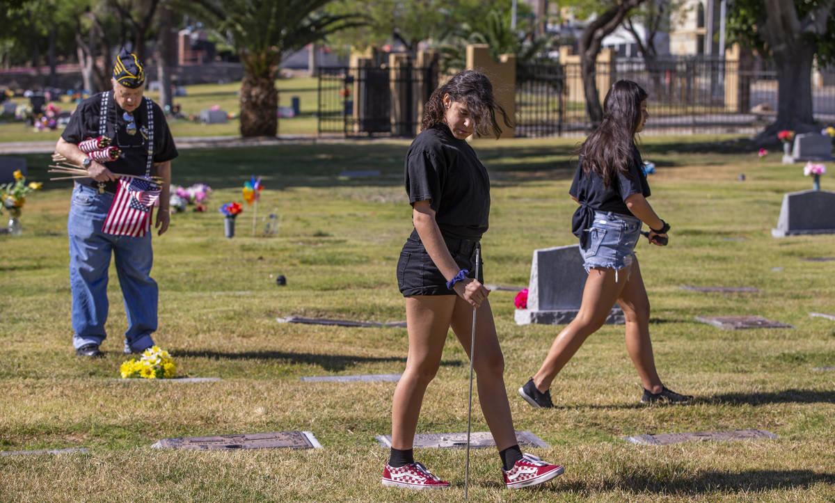 Army veteran Howard Greenspon, left, Jessie Fulton, 12, and Emma Rosenblum look to identify vet ...