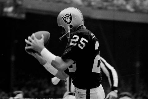 Fred Biletnikoff (25) beats Kansas City's Jim Marsalis to the ball and the end zone to score th ...